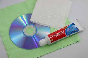 پاک کردن خش CD و DVD با خمیر دندان